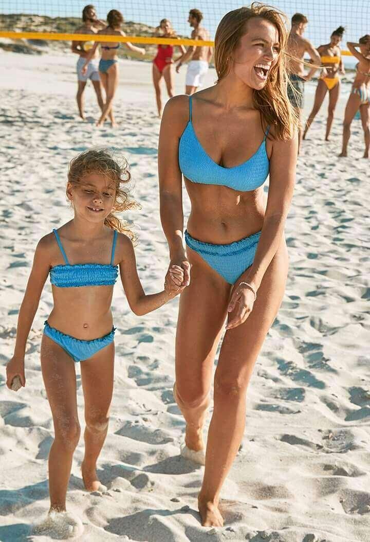 stroje kąpielowe 2020 mama z dzieckiem na plazy