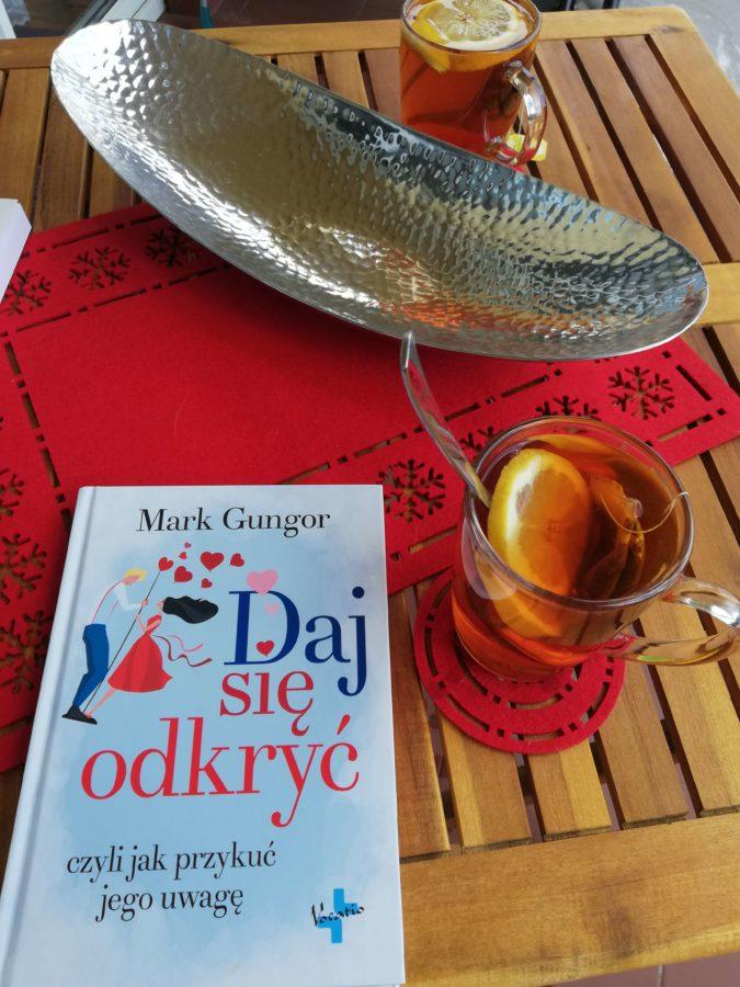 książka o randkowaniu- książka na stole z herbatą