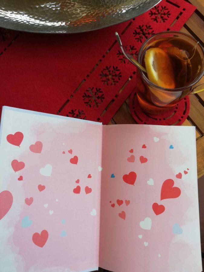 książka o randkowaniu- pierwsza strona ksiażki z herbata