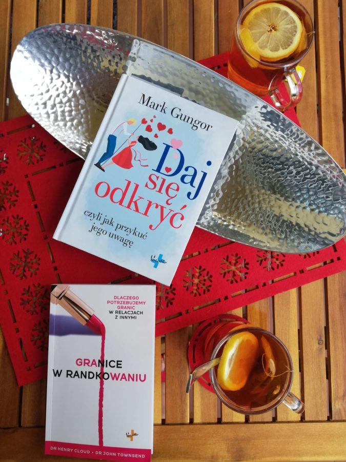 książka o randkowaniu - ksiązka na stole z herbatą i wazonem