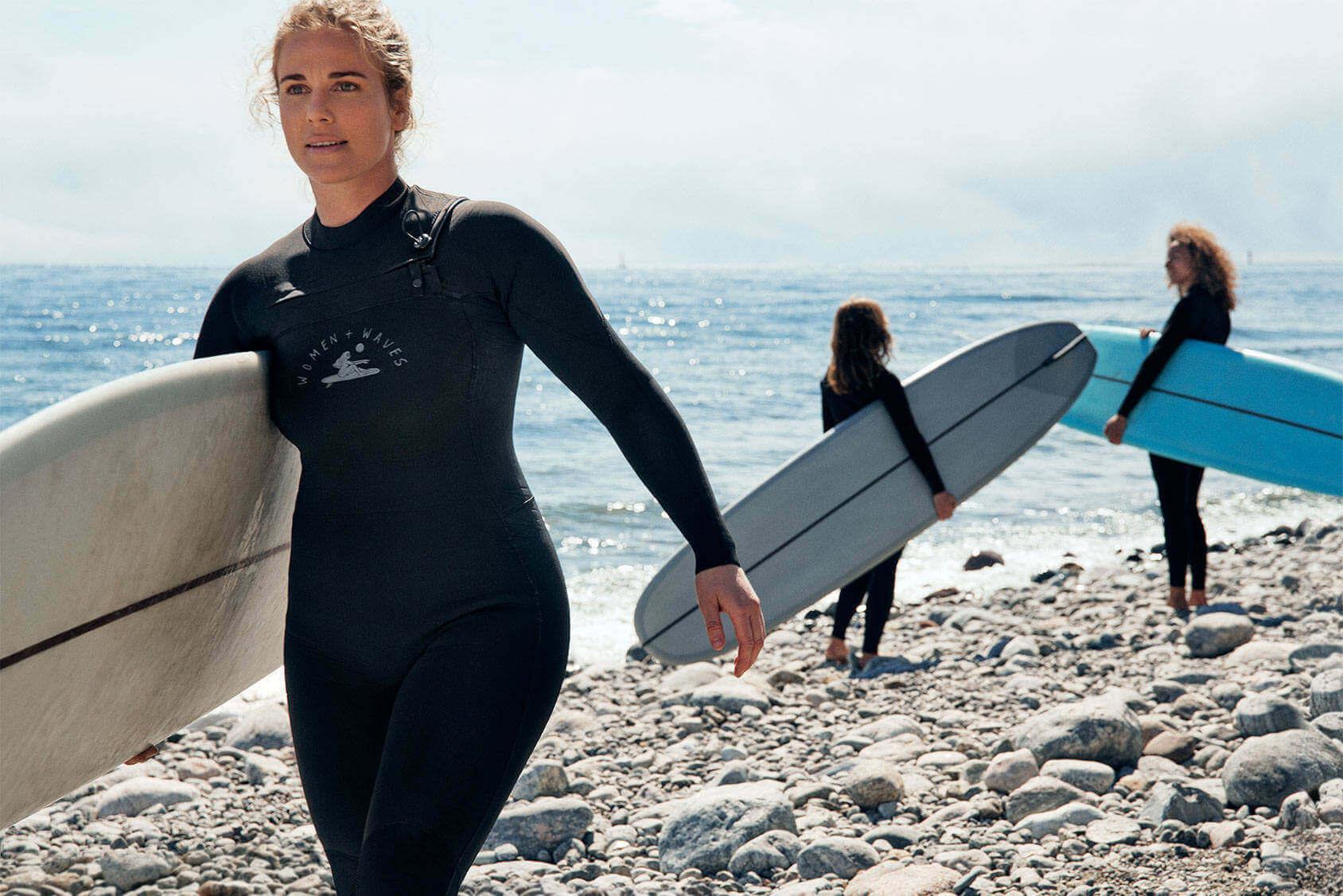 stroje kąpielowe 2020 surferki na plaży