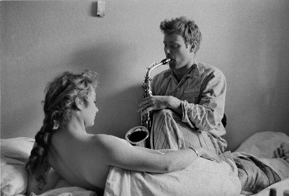 ksiazka o randkowaniu- mężczyzna gra na saksofonie