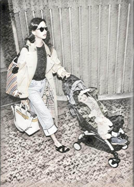 torba na wakacje kobieta z wózkiem na lotnisku