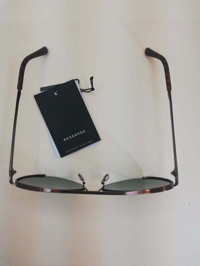 okulary przeciwsłoneczne na modelu