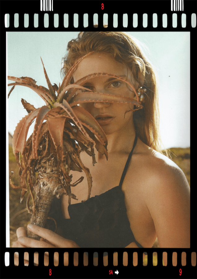 wakacje 2020 modelka w bikini i rośliną