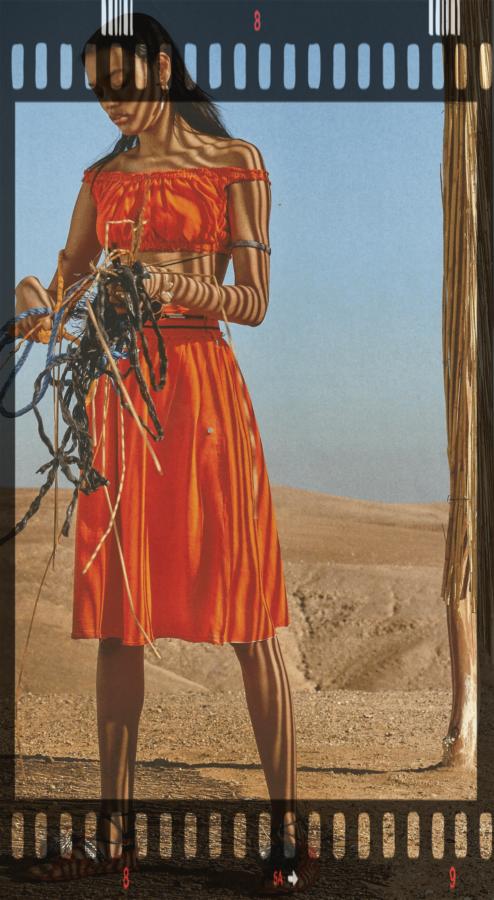 wakacje 2020 modelka w pomarańczowej sukni