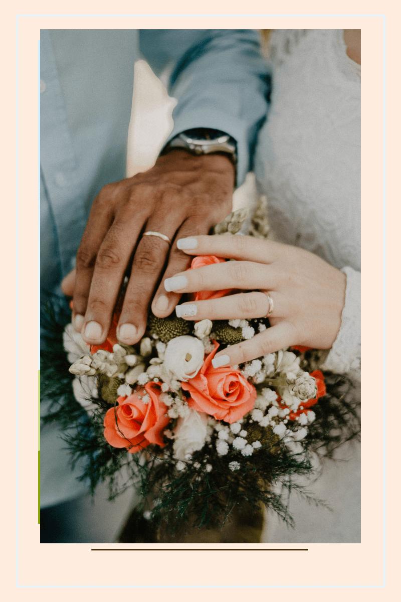 jak dobrze wyjść za mąż para dłoni z obrączkami