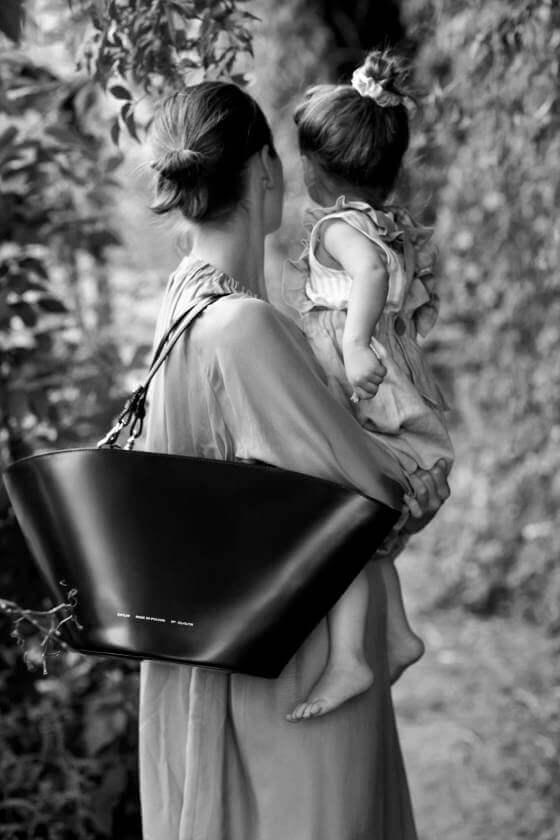 złam zasady wybierz czerń, kobieta z dzieckiem na ręku z torebką Chylak