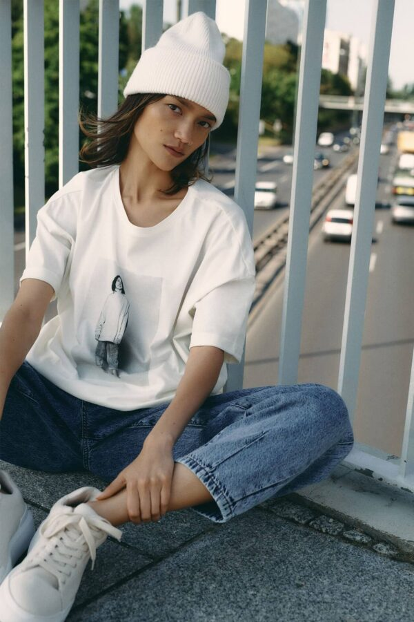 jeans król trendów jesień trendy 2020 modelka na moście siedzi