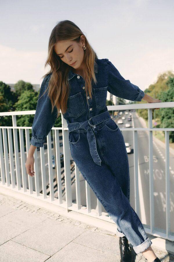 jeans król trendów jesień trendy 2020 modelka na moście w kombinezonie