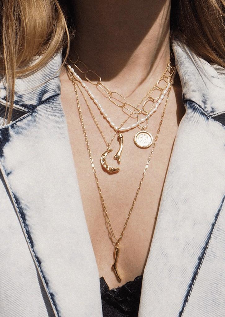 jeans król trendów jesien trendy 2020 złota biżuteria na dekolcie