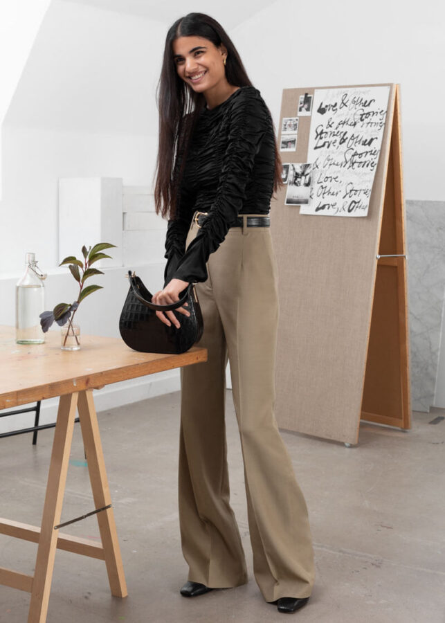 modelka w spodniach i swetrze w jesiennym kolorze