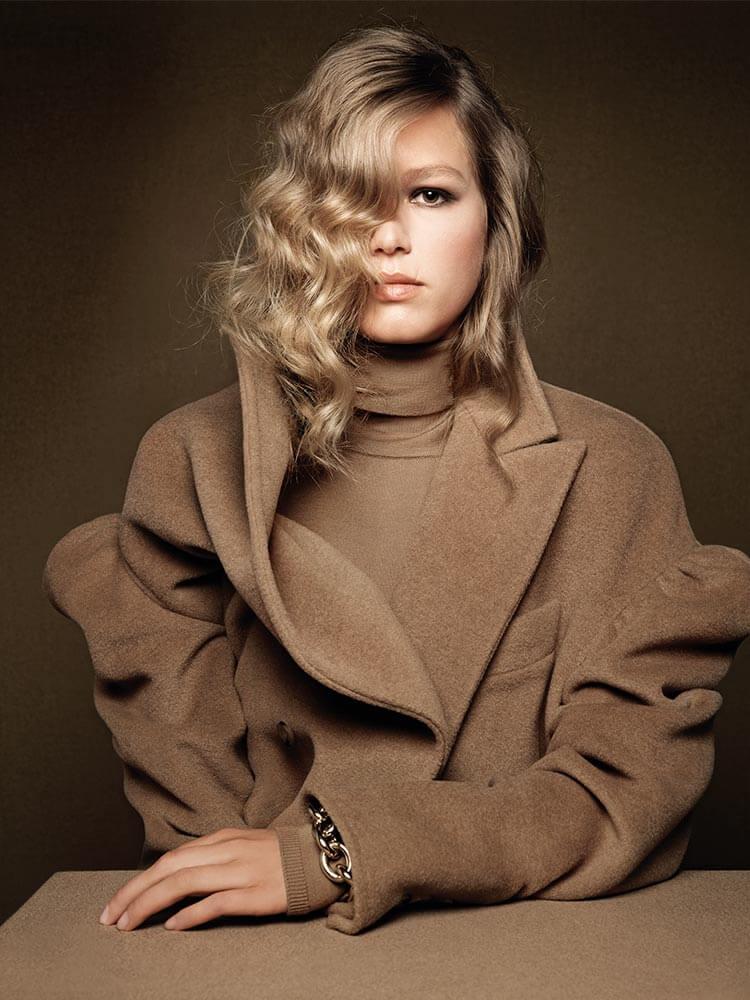 modelka w płaszczu od Max Mara