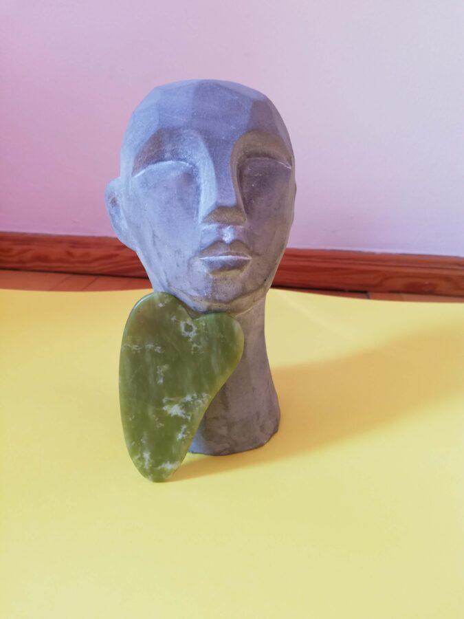 płytka gua sha i posąg