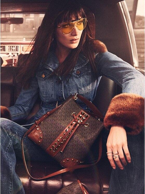 modelka ubrana w jeans w torebką od Michael Kors