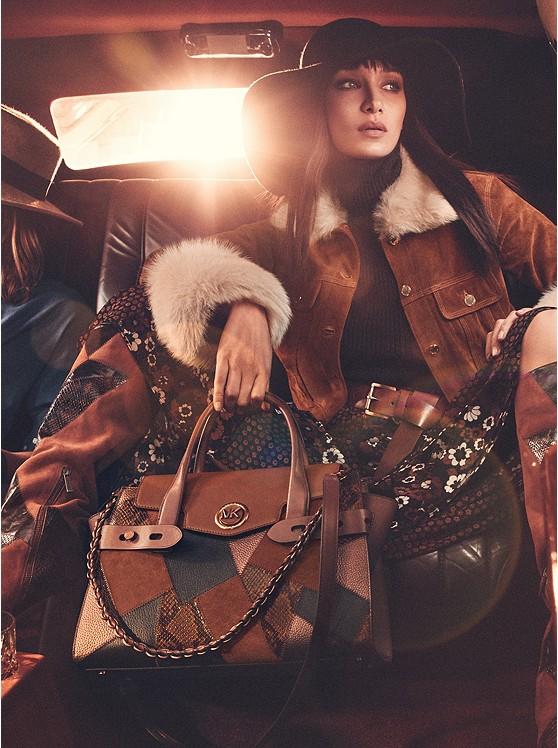 modelka z torebką patchwork od Michael Kors