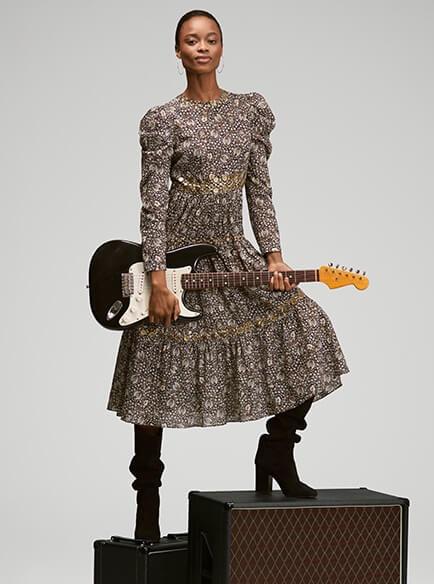 boho style na jesień 2020 modelka z gitarą