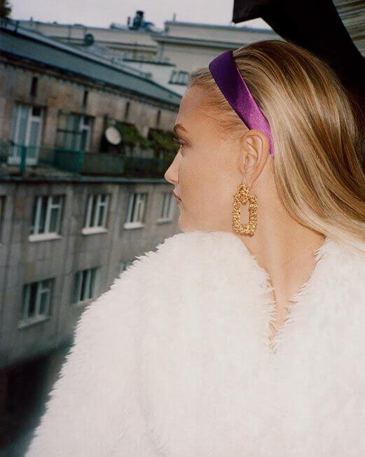 blondynka z fioletową opaską