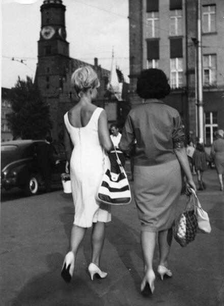 dwie kobiety w sukienkach
