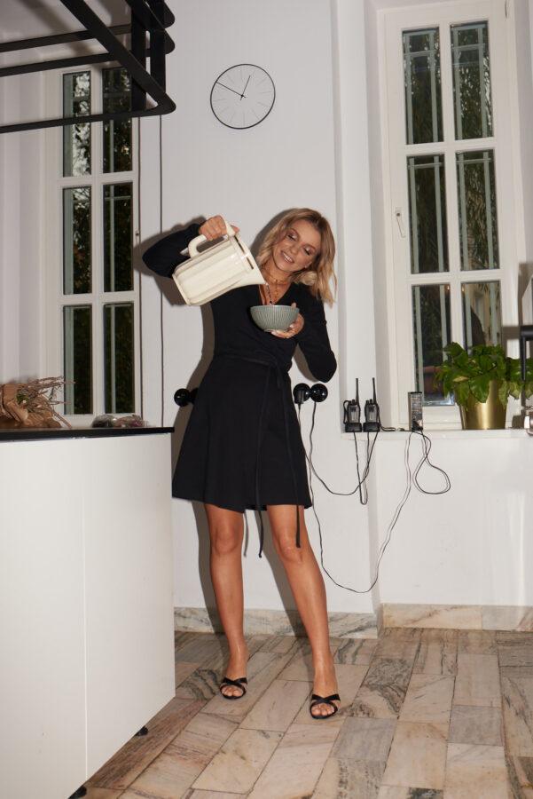 modelka w kuchni w sukience Nudeness