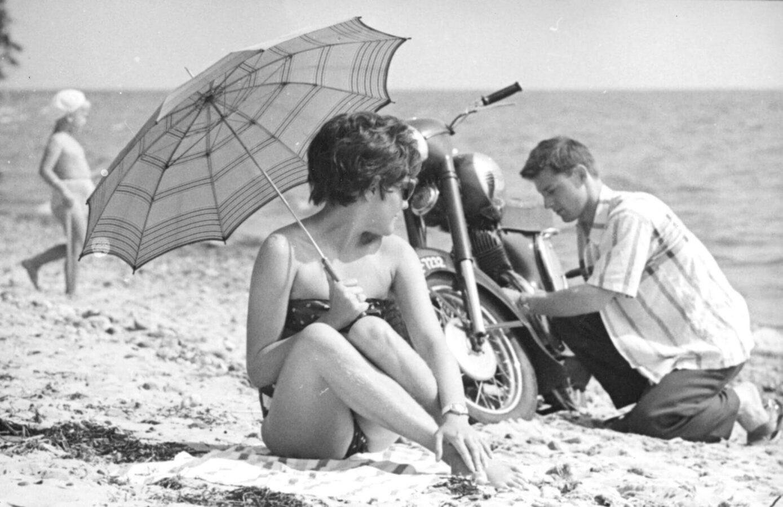 kobieta na plaży pod parasolem