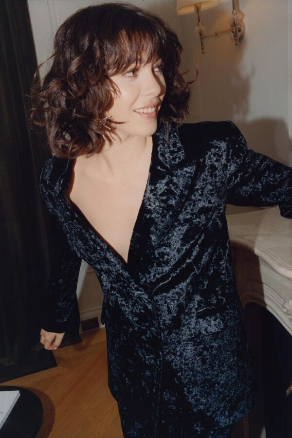 kobieta w welurowym garniturze