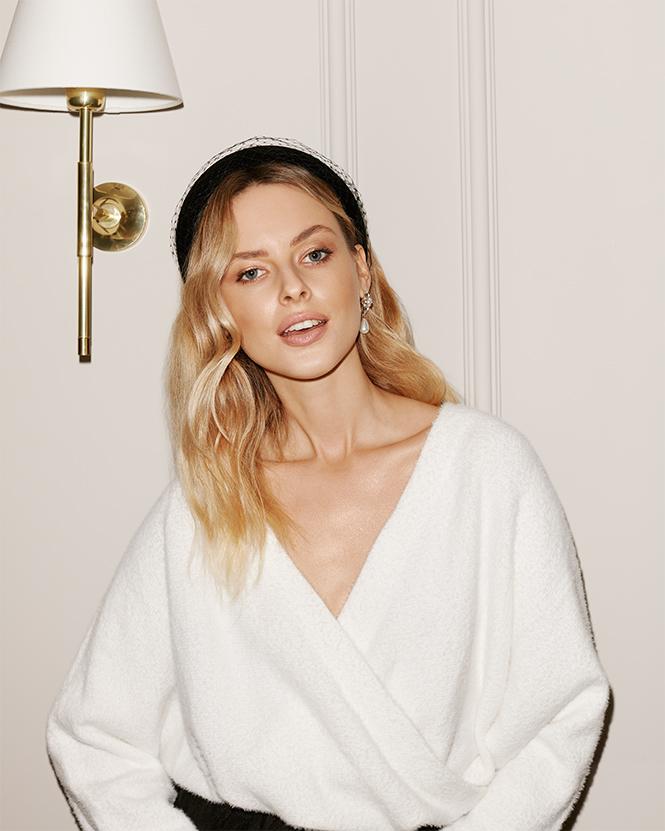 dodatki na Święta Bożego Narodzenia 2020 modelka w białym swetrze