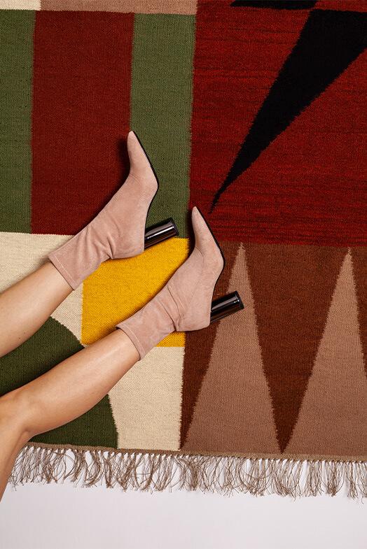 modelka w butach na obcasie