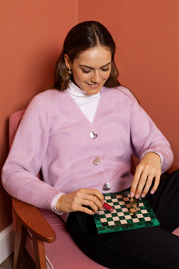 good vibes od Mohito modelka w fioletowym swetrze