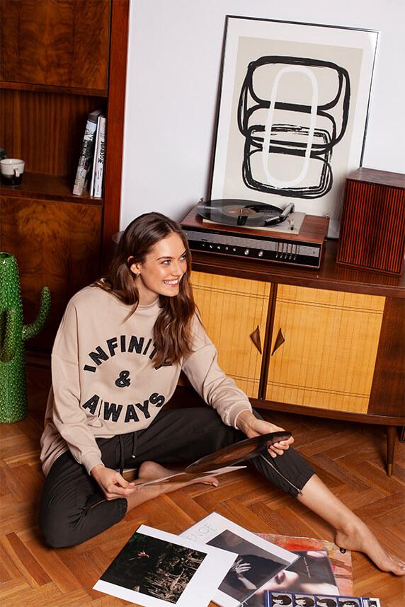good vibes od Mohito modelka siedząca na podłodze