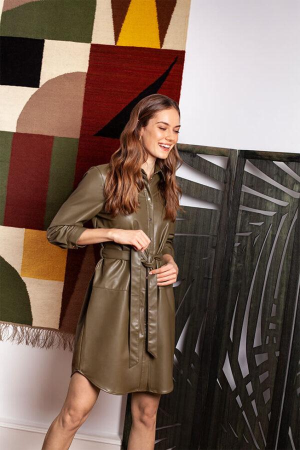 modelka w eco skórzanej sukience od Mohito