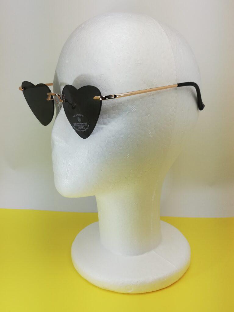 okulary przeciwsłoneczne z Mango z boku