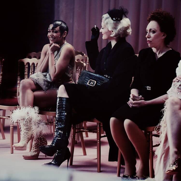 Manolo Blahnik kobiety siedzące przed wybiegiem