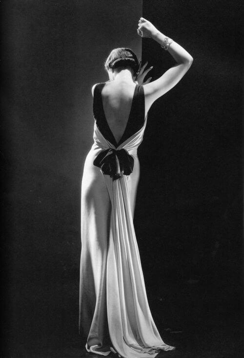 jak być urzekającą kobietą , piękna suknia z czerną kokardą na kobiecie