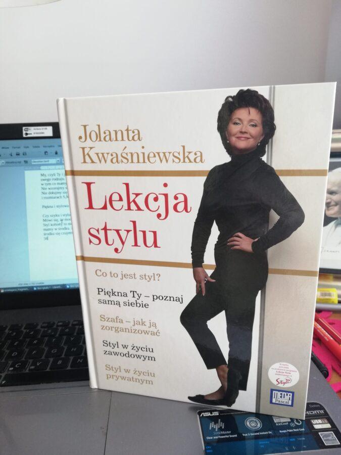 piękna i stylowa kobieta okładka książki na komputerze