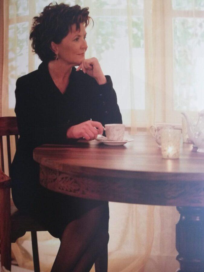 Jolanta Kwaśniewska przy stole