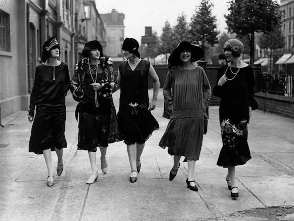 jak być urzekającą kobietą , grupa kobiet idącą ulicą