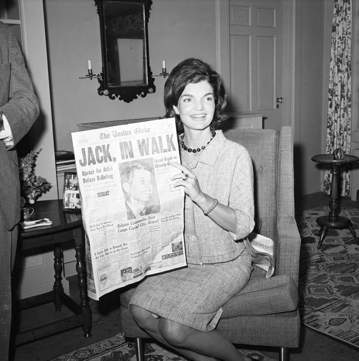 jak yć urzekającą kobieta, Jacky Kennedy czytająca gazetę