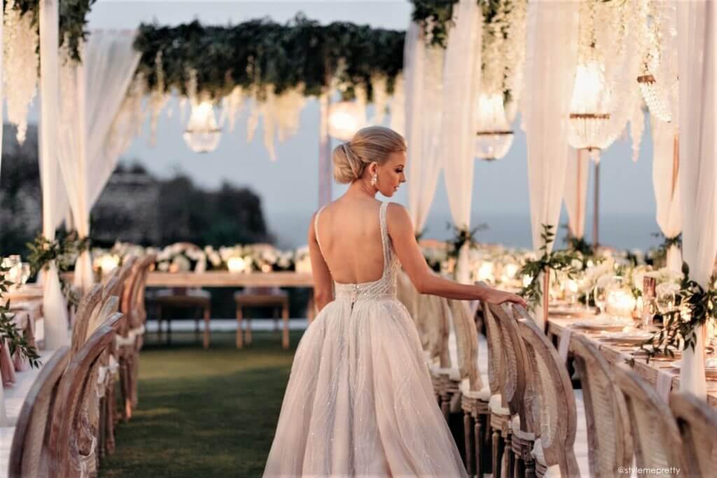 ślub i wesele w wakacje pana młoda na sali weselnej