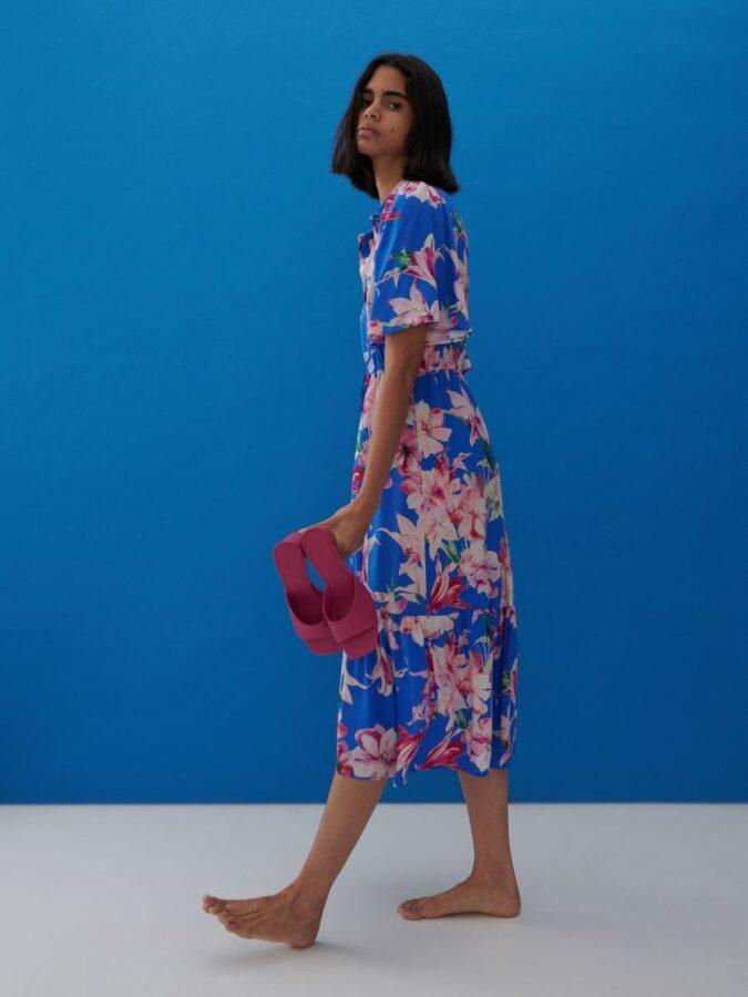 sukienki na lato 2021 niebieska w kwiaty sukienka