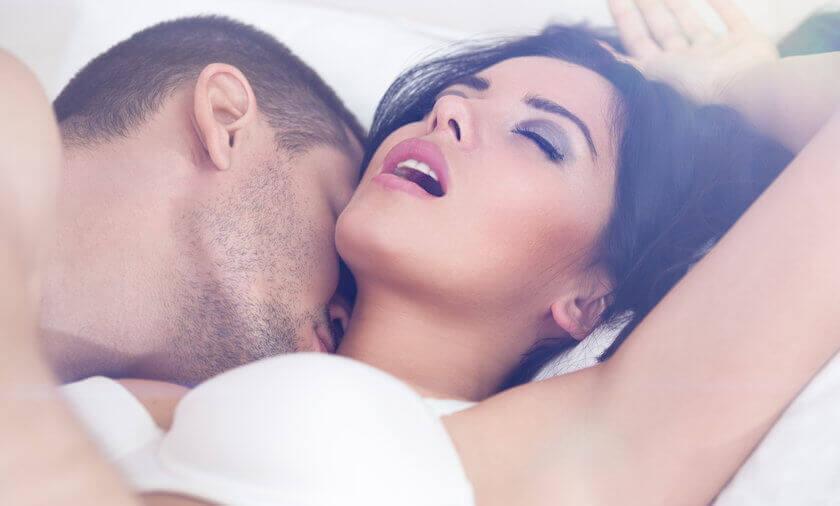 kobieta w łóżku z mężczyzną