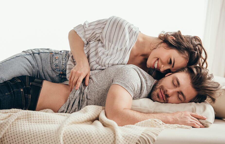 seks nie wychodzi znudzony pan na kanapie