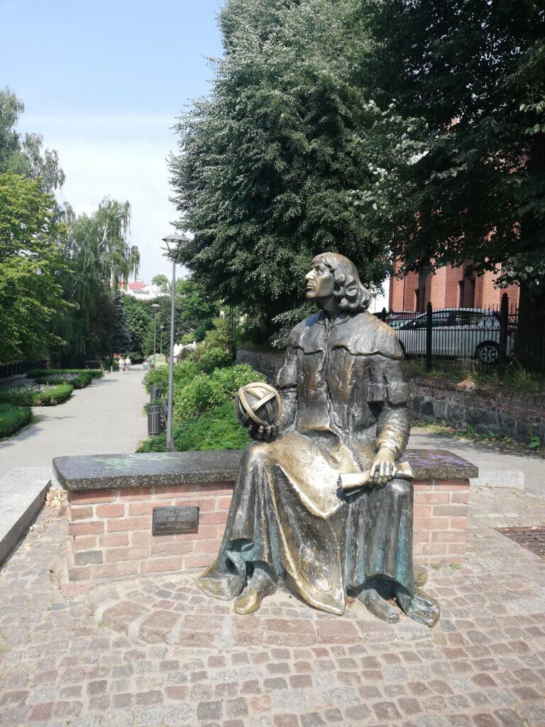 pomnik Mikołaja Kopernika przy zamku w Olsztynie