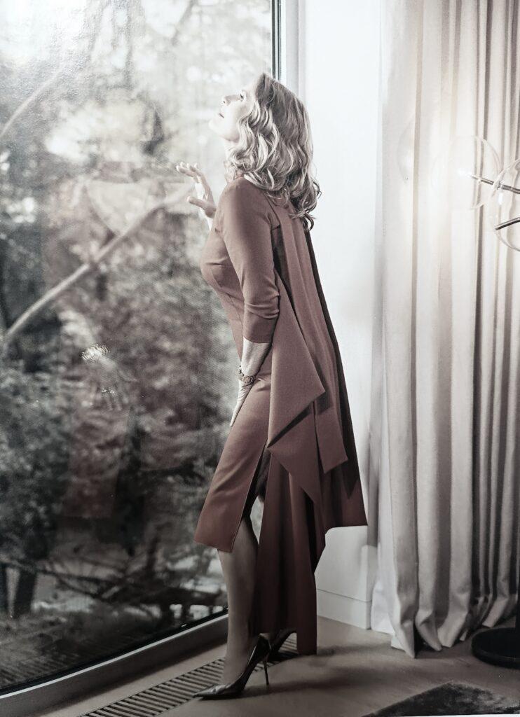 sztuka uwodzenia kobieta przy oknie