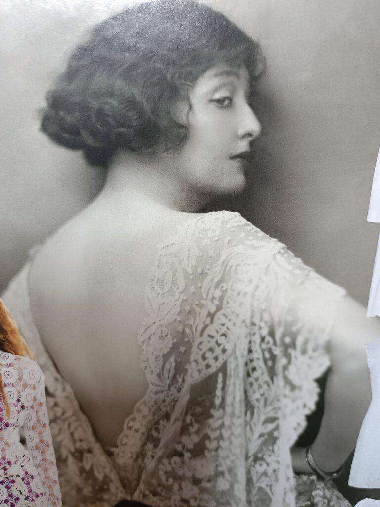 sztuka uwodzenia kobieta w koronkowej sukience